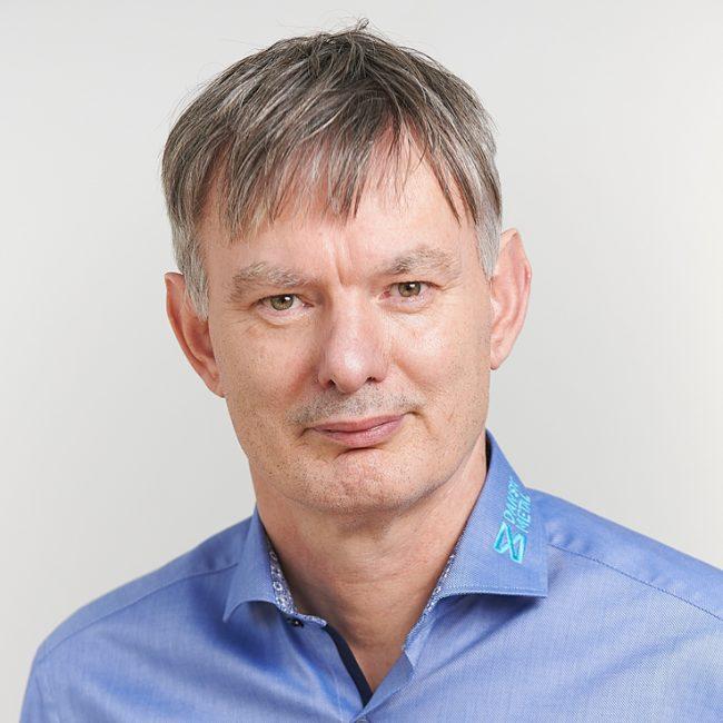 Mand med lyseblå skjorte