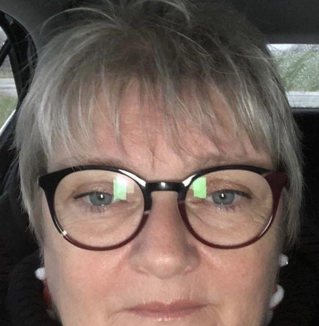 Kvinde med sorte briller